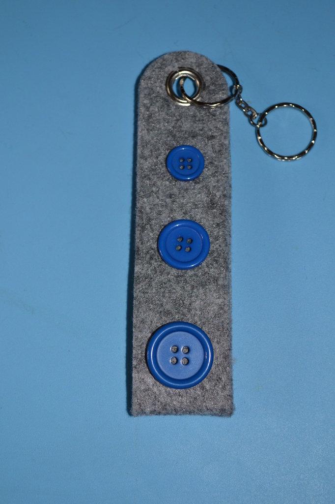 portachiavi in feltro grigio con bottoni blu