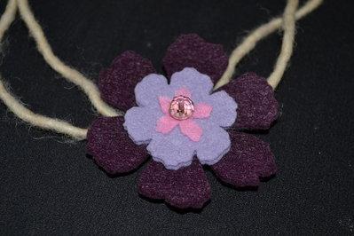 collana in feltro fiore color vinaccia lilla e rosa