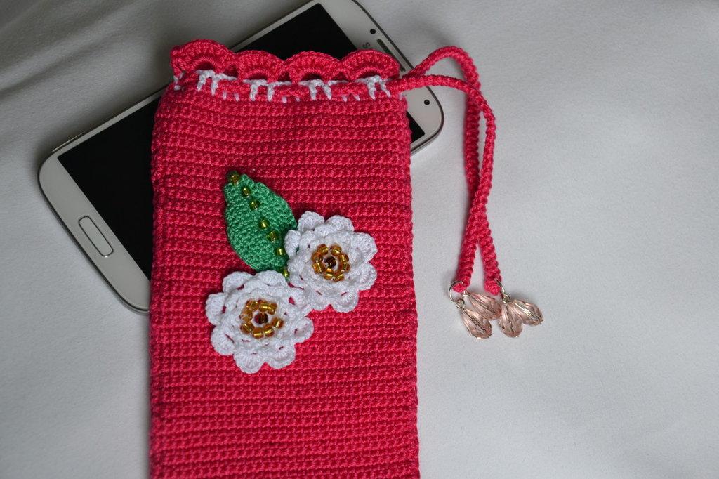 porta cellulare a uncinetto rosa con fiori e foglia