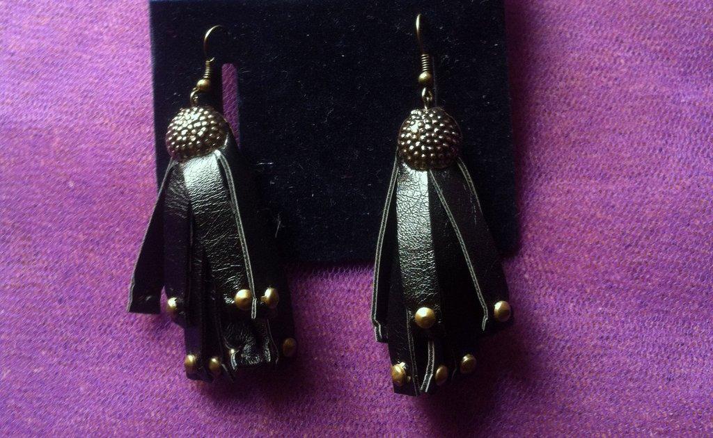 orecchini in ecopelle nero- borchiato