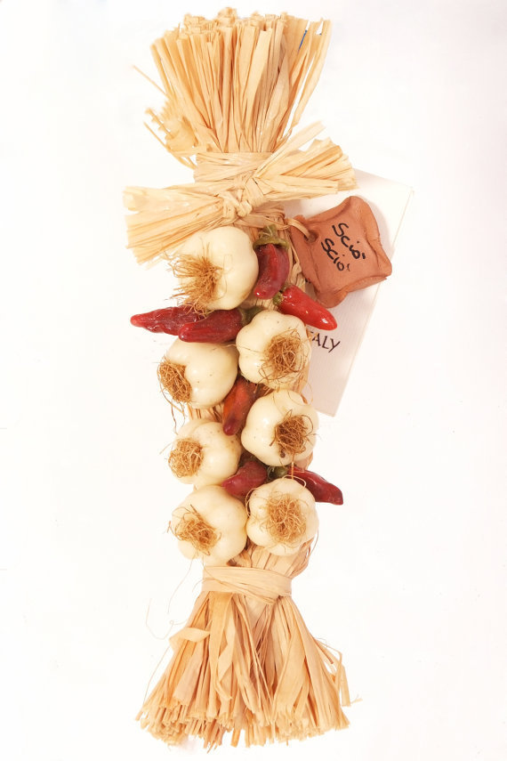 Treccina di agli e peperoncini realizzata interamente a mano in cera precolorata peso 40g lunghezza 17cm