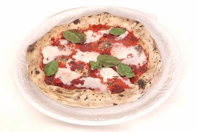 Riproduzione a grandezza naturale della pizza margherita realizzata con la doppia tecnica innovativa ceramica-cera