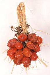 Riproduzione realistica del classico piennolo di pomodorini realizzato in ceramica e cera e dipinto a mano a grandezza naturale