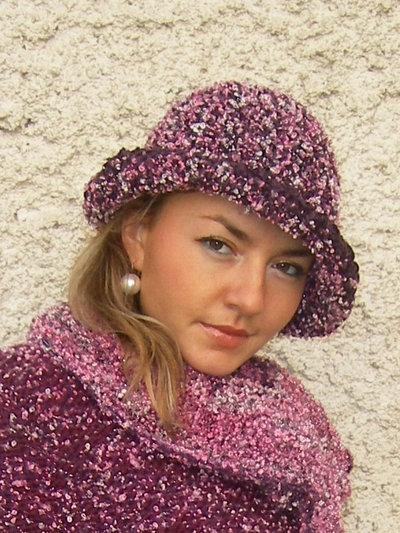cappello invernale realizzato all'uncinetto con un filato di ciniglia ,colore bordo