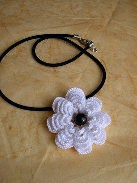 girocollo con fiore ad uncinetto