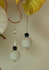 orecchini con perla rivestita ad uncinetto