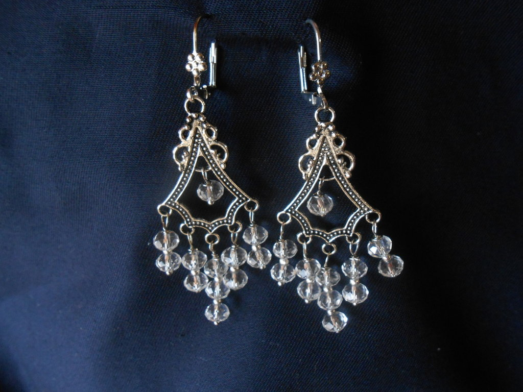 orecchini pendenti fatti a mano  con cristalli bianchi ,idea regalo.