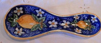 """Poggiacucchiaio in ceramica.Dipinto a mano decoro """"Limoni""""."""