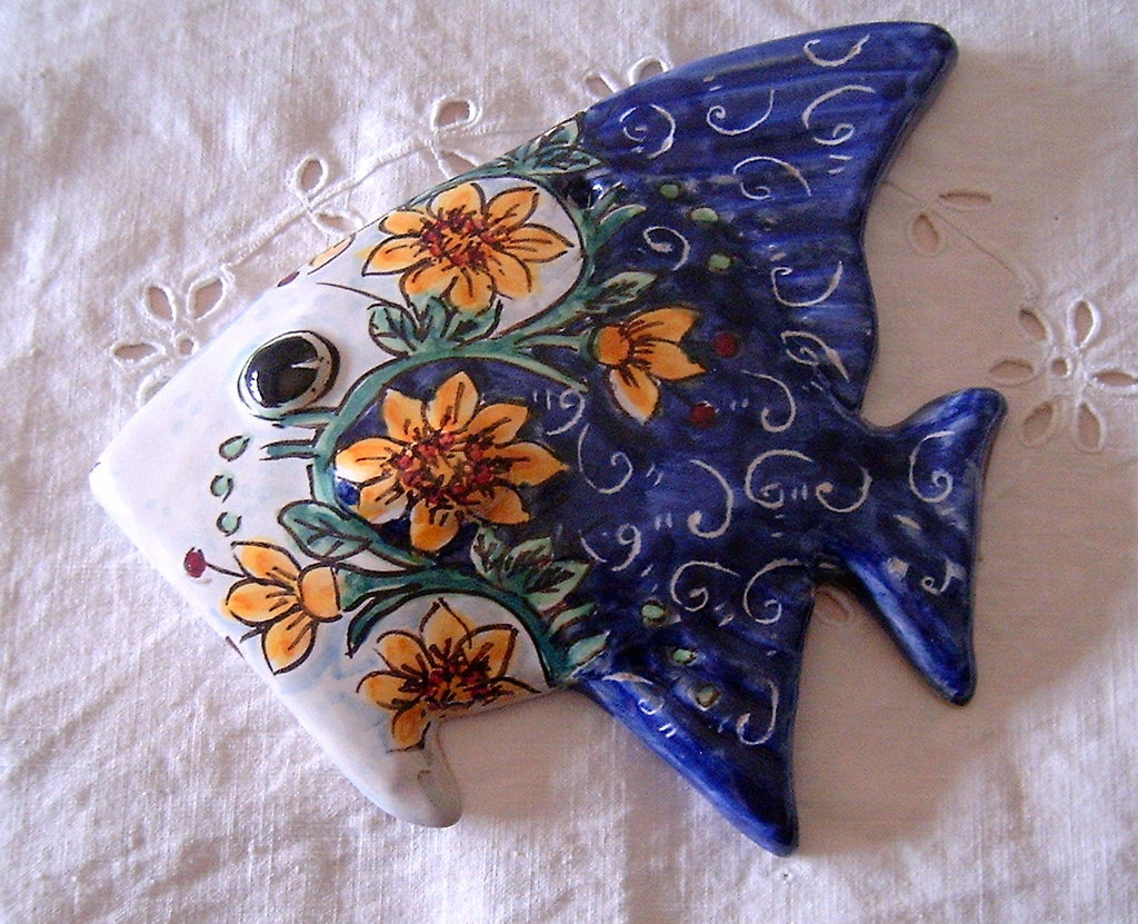 Pesce murale in maiolica .Realizzato interamente a mano.Dipinto a mano decoro Floris