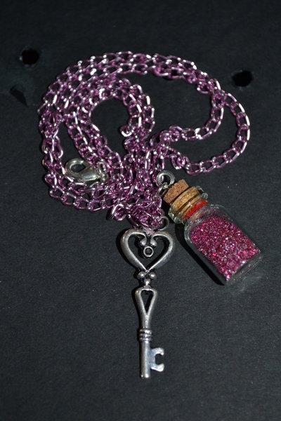 collana pozione rosa con brillantini con chiave grande