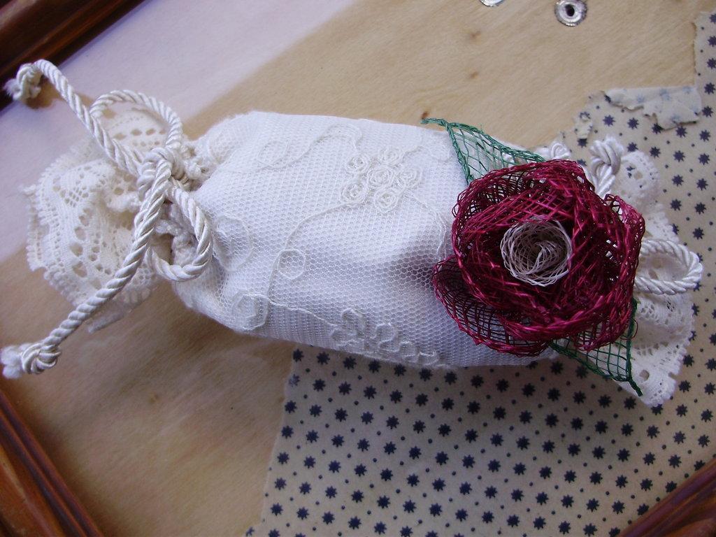 CARAMELLA sacchetto tulle ricamato, profuma-biancheria con fiori di lavanda