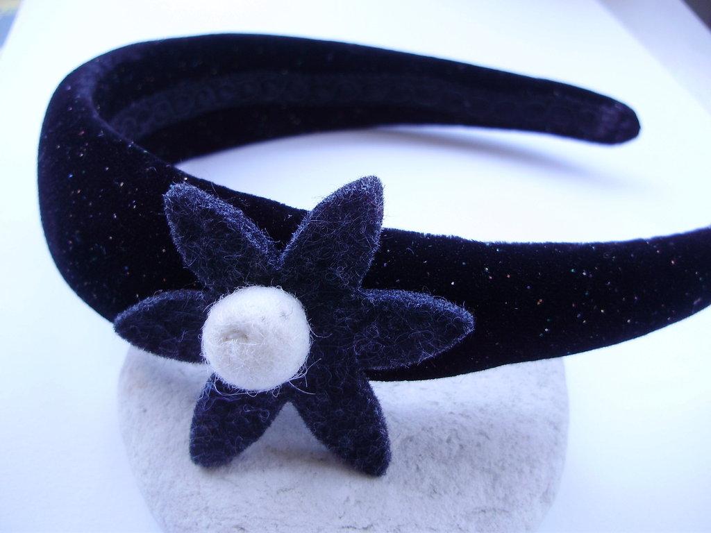 CERCHIETTO nero vellutato con brillantini e fiore feltro con pon pon bianco