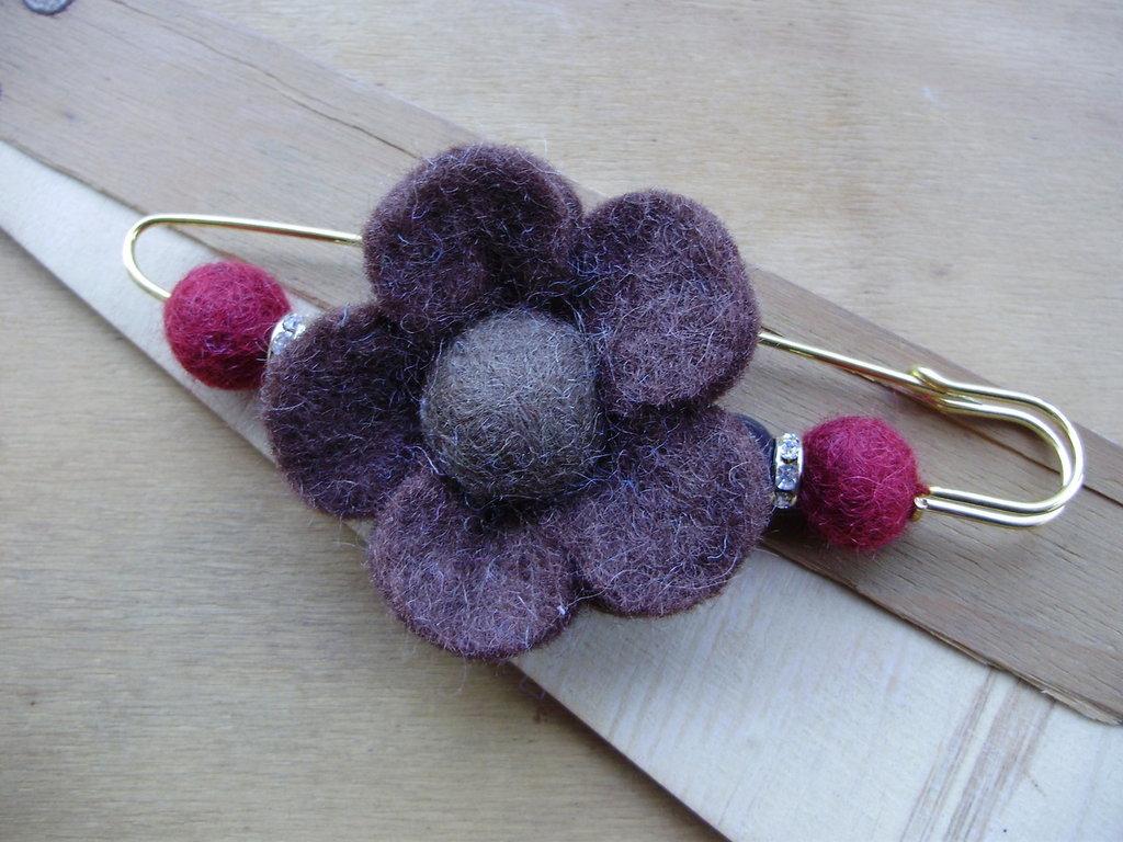 Spilla grande, fiore e ponpon feltro, strass, fatta a mano, idea regalo