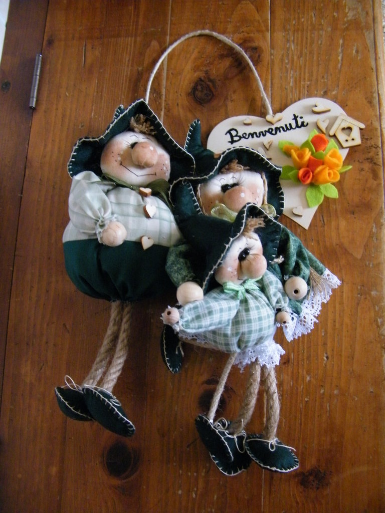 Famiglia da 3 persone con tronchetto in legno Benvenuti, in stoffa, completamente fatta a mano, da appendere.