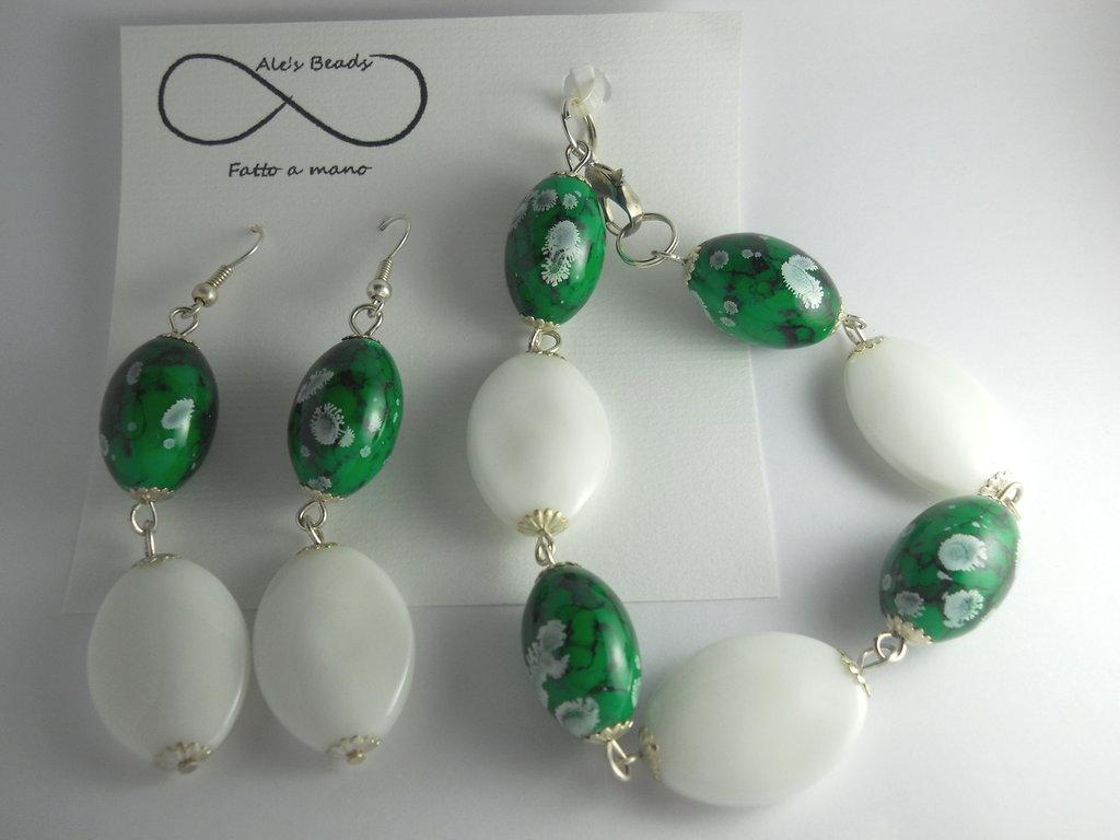 bracciale e orecchini verde e bianco