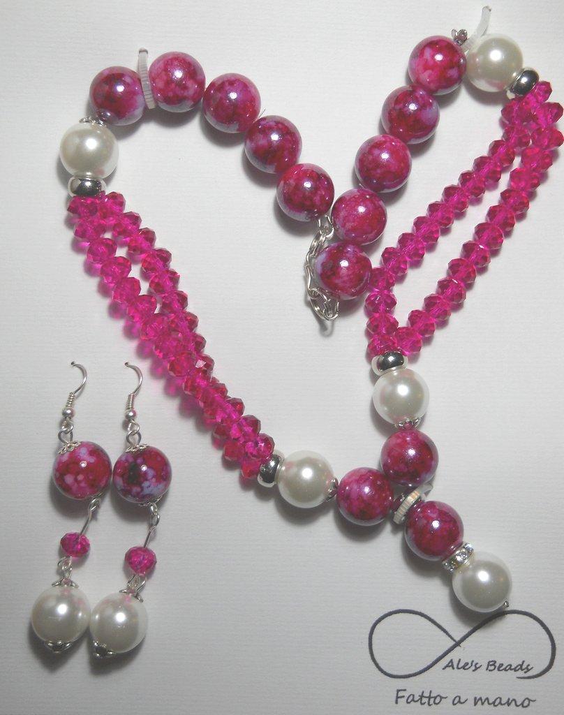 collana e orecchini con perle e strass fucsia