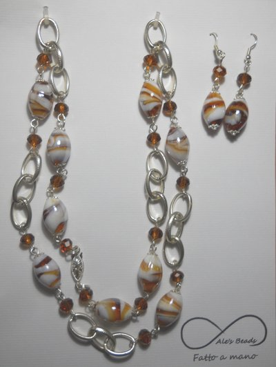 collana e orecchini marrone e bianco