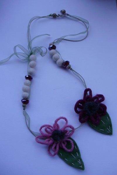 COLLANA FIORI DI LANA, perle in legno e vetro, palline in feltro, infilatura in cordoncino cotone e organza