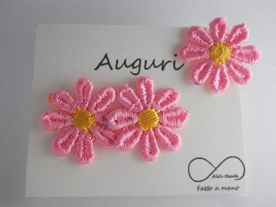 anello e orecchini con margherita in stoffa rosa