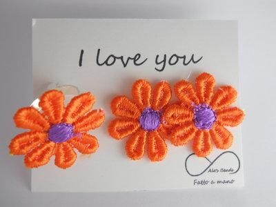 anello e orecchini con margherita in stoffa arancione