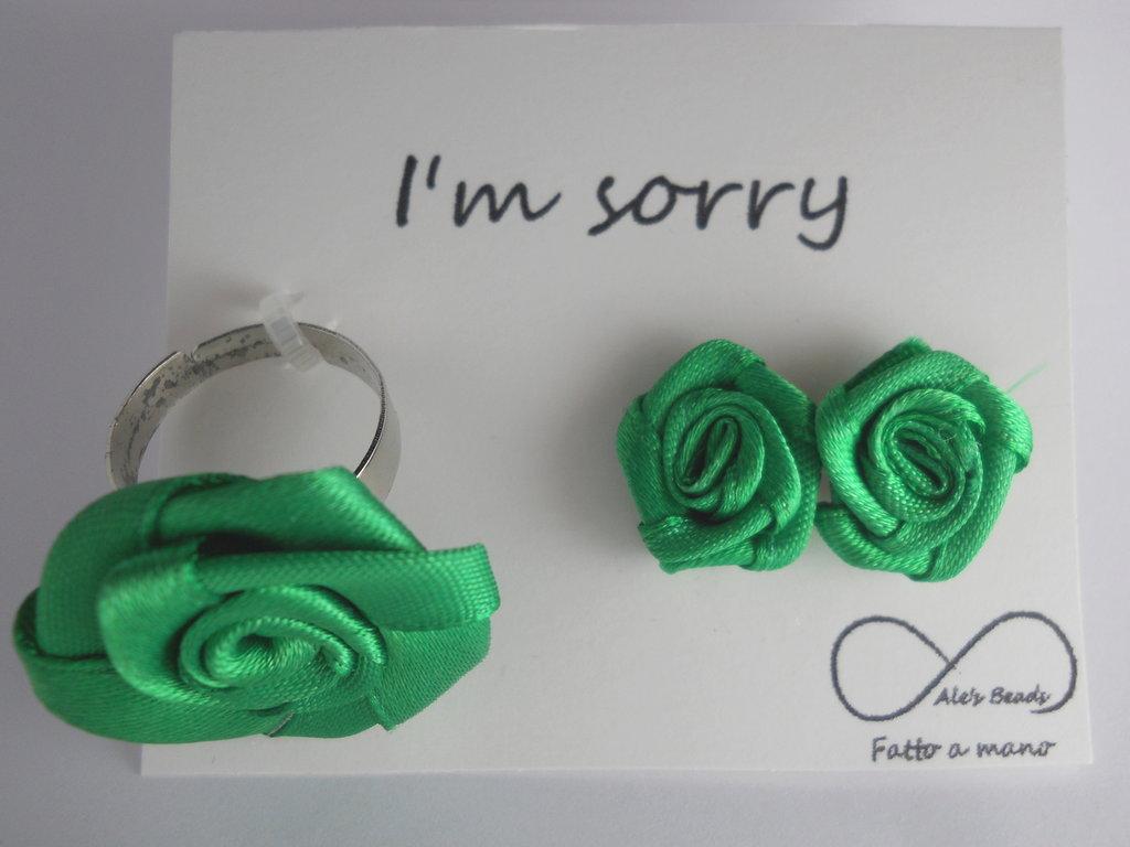 anello e orecchini con rosa in stoffa verde