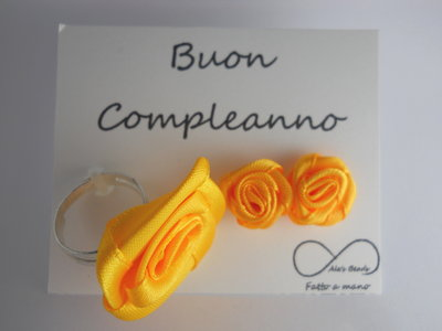 anello e orecchini con rosa in stoffa giallo