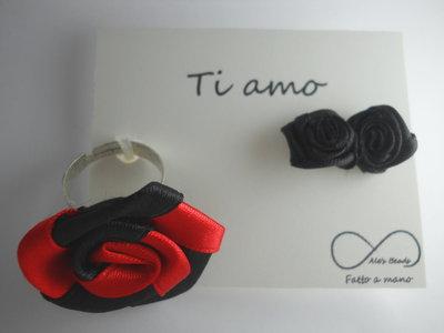 anello e orecchini con rosa in stoffa rosso e nero