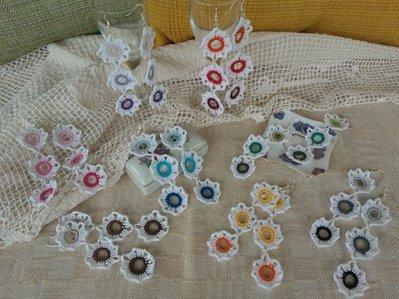 Coppia di orecchini 3 fiori bianchi-colore ad uncinetto