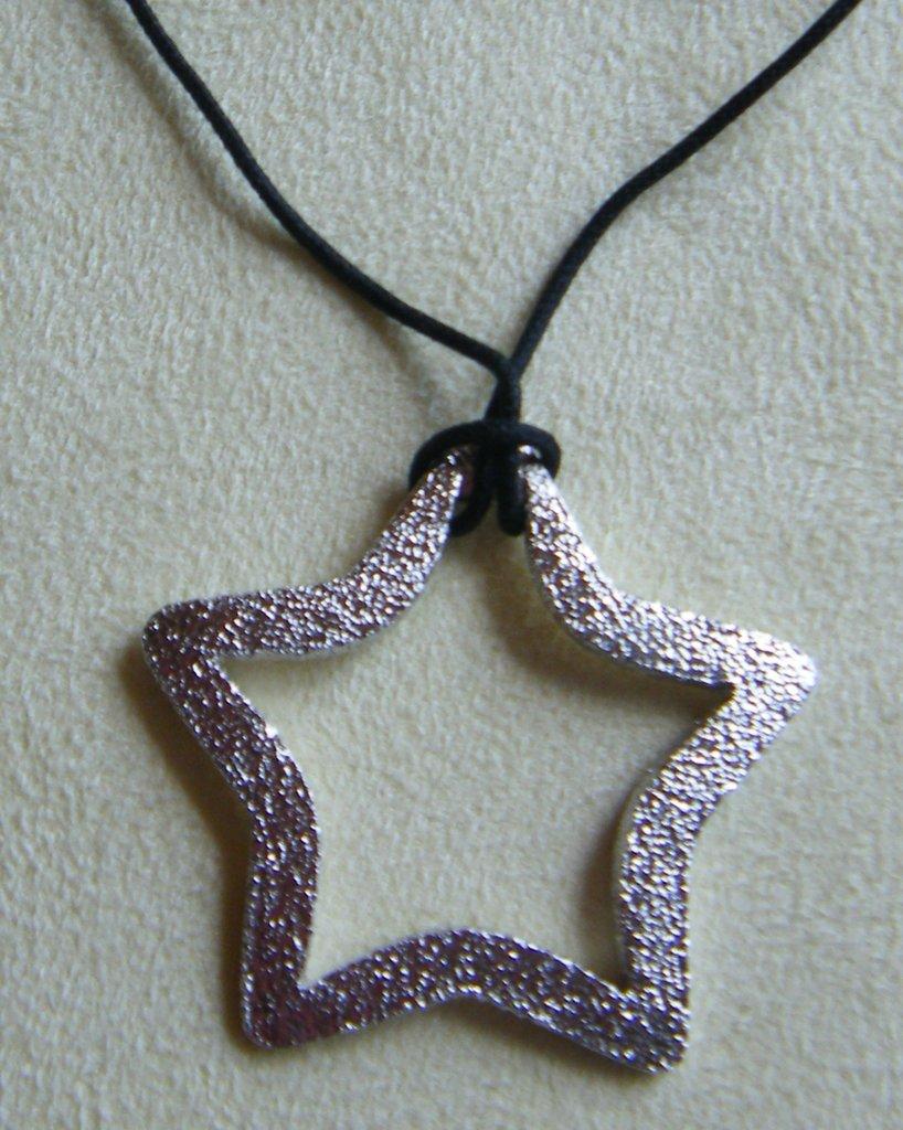 collana con cordino nero e ciondolo in metallo satinato colore argento