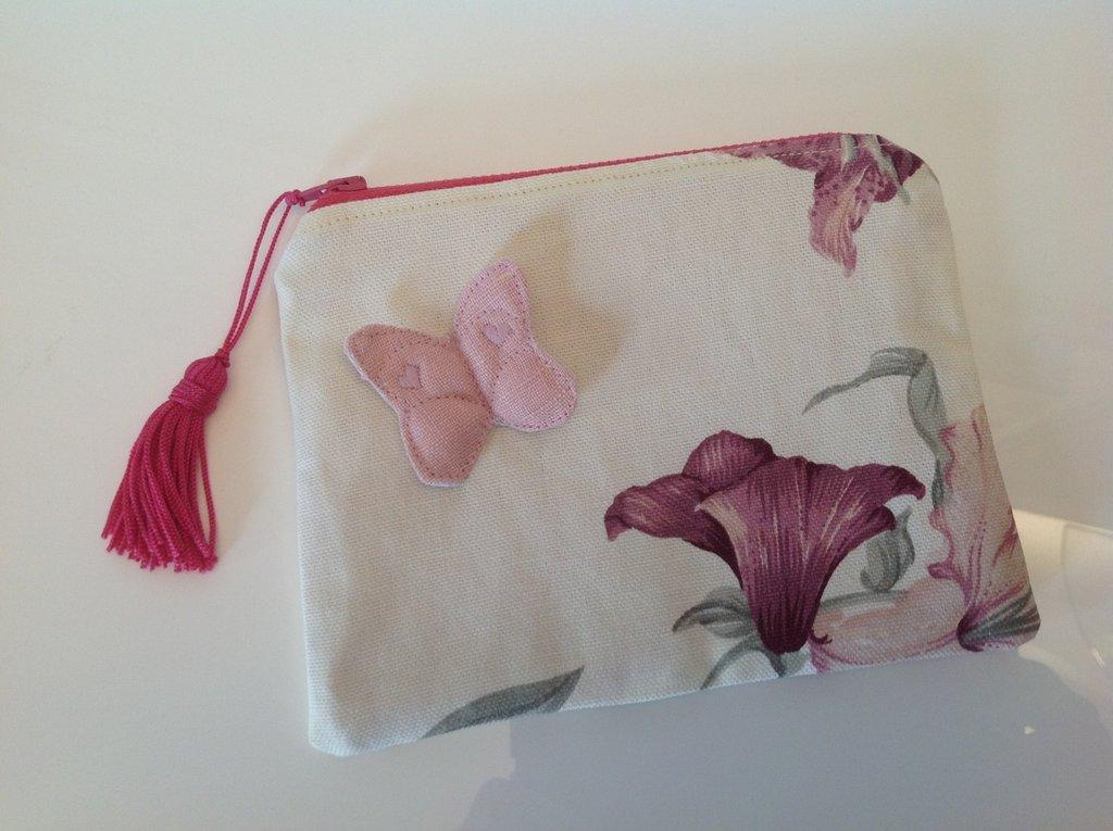 Bustina in cotone a fiori con farfalla di lino rosa