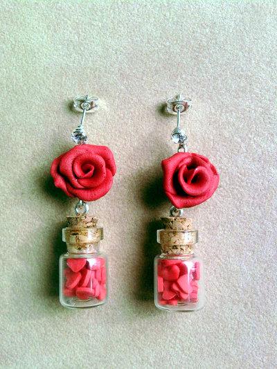 Orecchini pendenti con rose e bottigliette con cuoricini fimo
