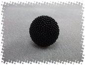 Anello con rocailles su mezza sfera in legno