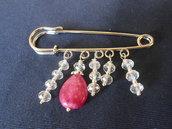 Spilla  fatta a mano con cristalli bianchi e pietra dura rosa, idea regalo
