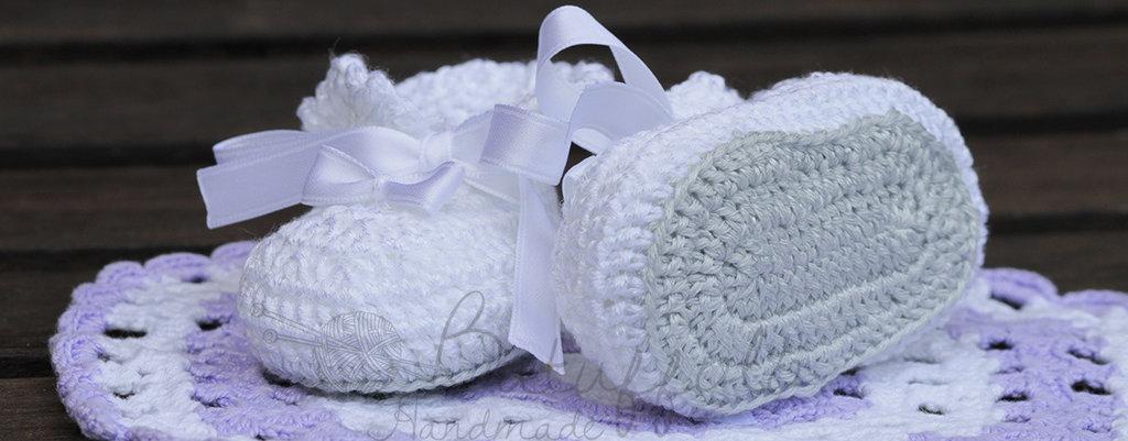 Bianche scarpine lavorate ad uncinetto a mano