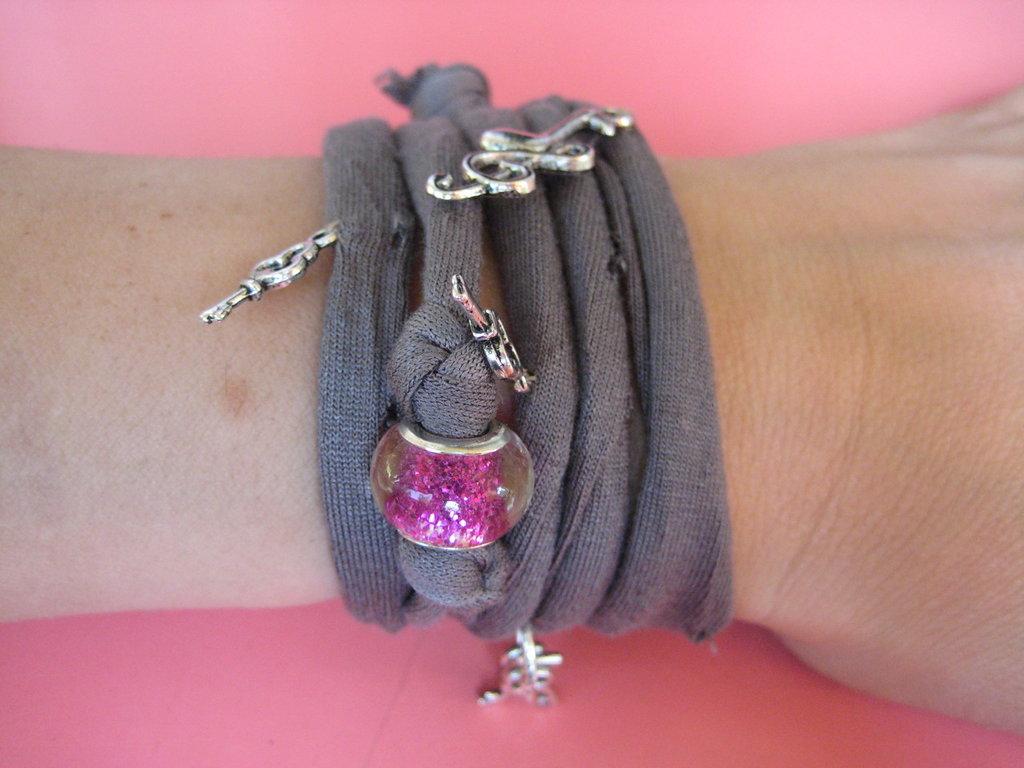 Collana / bracciale in fettuccia color fango e charms