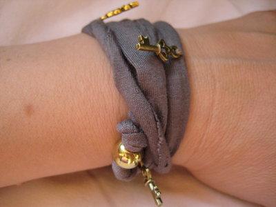 Collana / bracciale in fettuccia elasticizzata color fango e charms