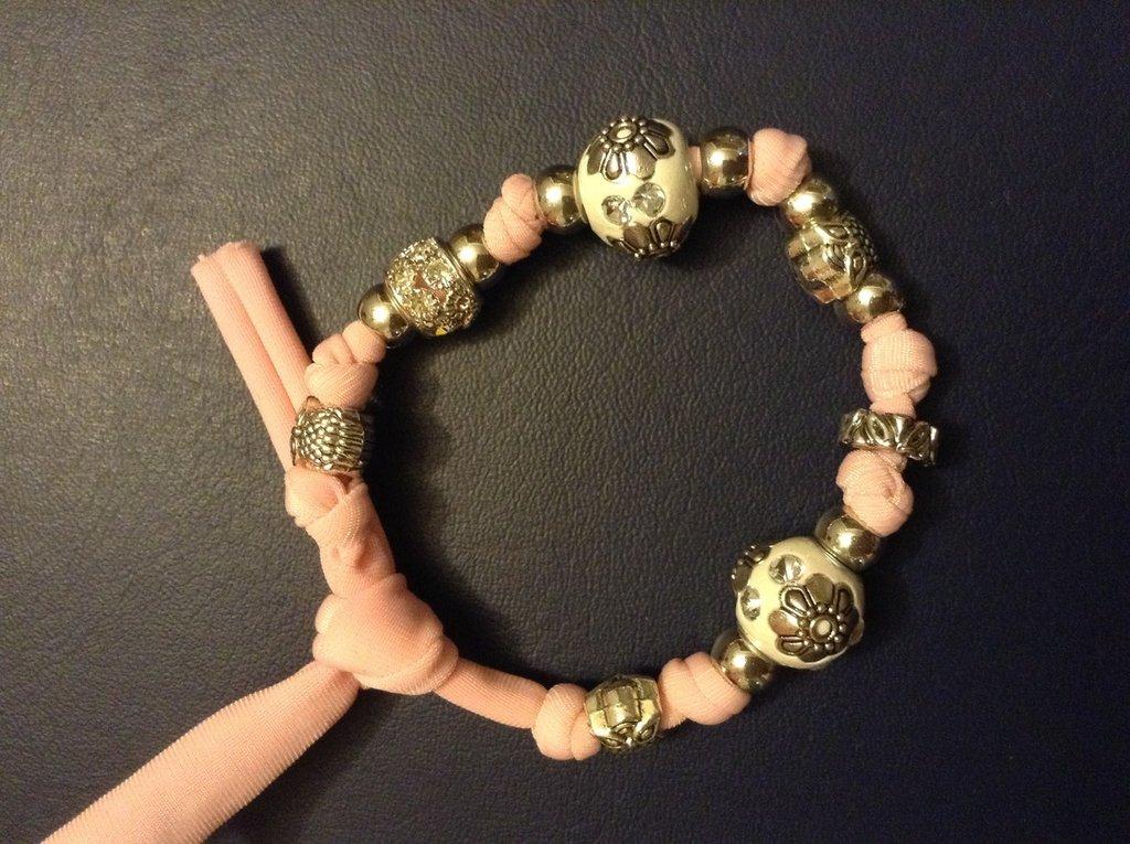 Bracciale in lycra rosa con perline e ciondoli