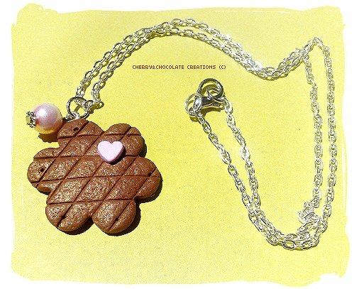 Collana biscotto a fiore con cuore in fimo