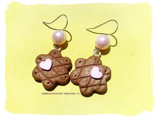 Orecchini con biscotto e cuore in fimo