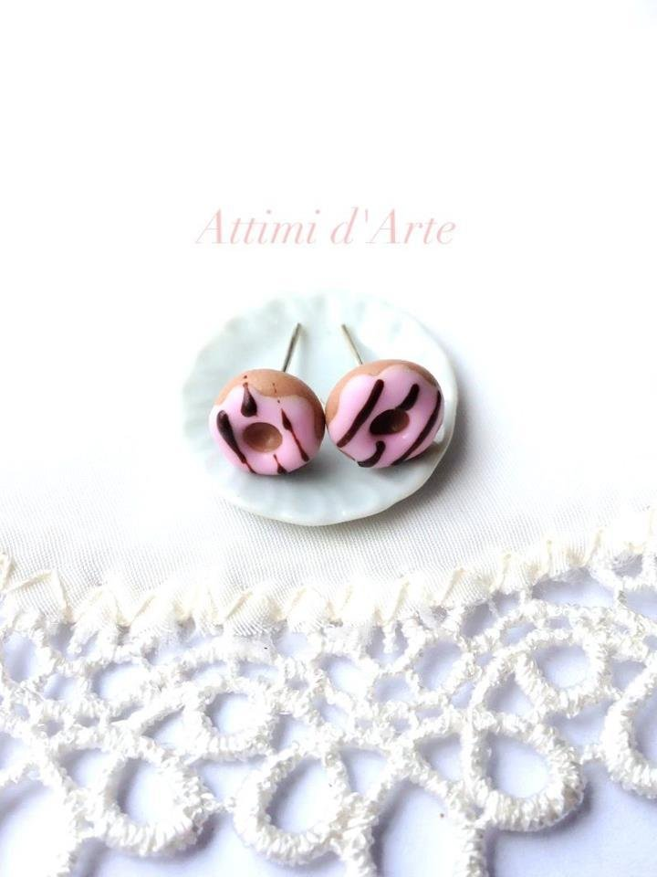 orecchini lobo mini ciambelline con glassa rosa e colate marroni handmade