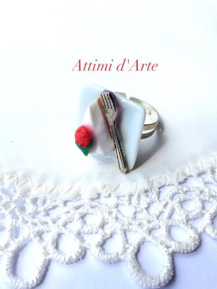 anello regolabile su piattino in ceramica fetta di torta alla fragola con forchetta