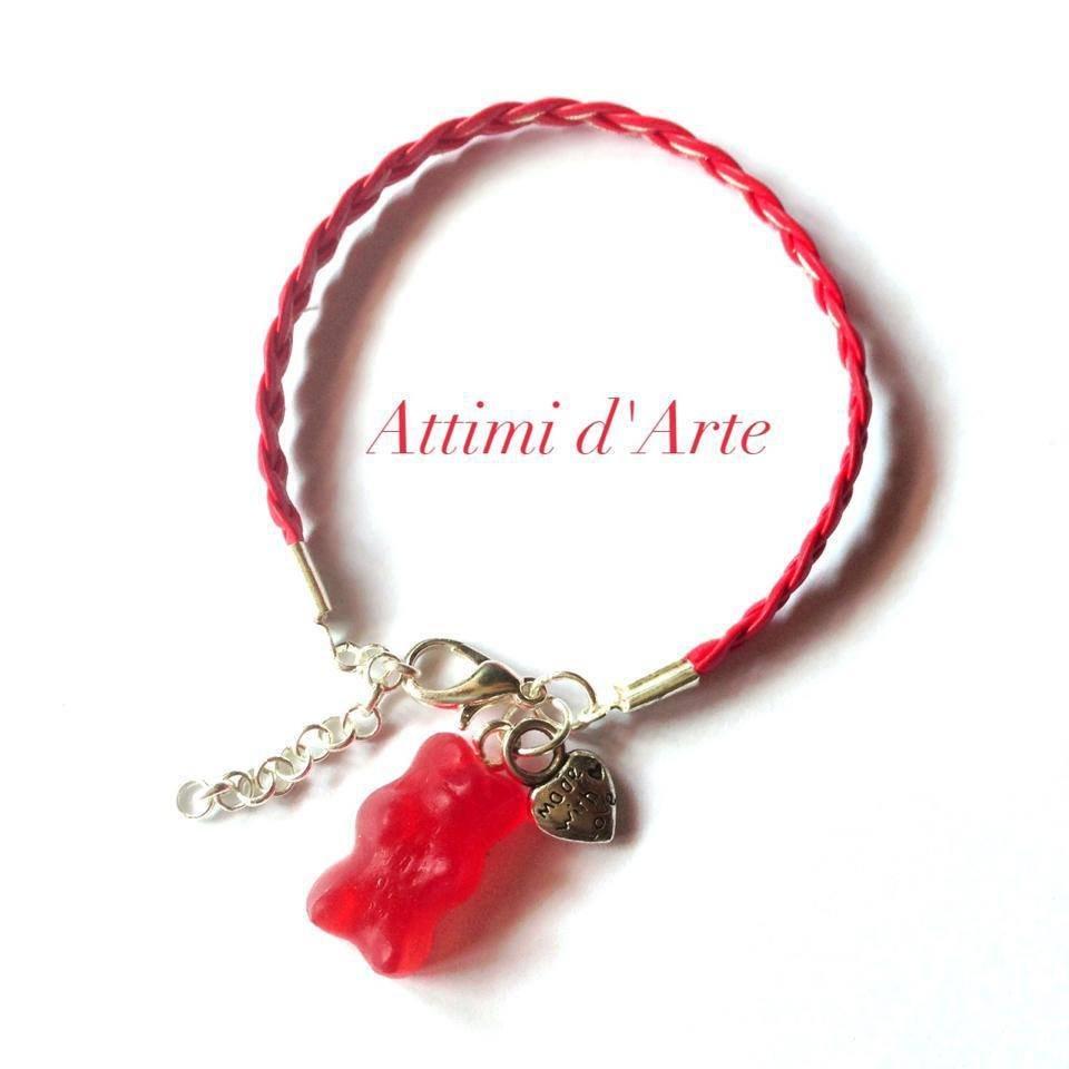 """bracciale con simil pelle intrecciata rosso ciliegia con orsetto """"gommoso"""" handmade"""