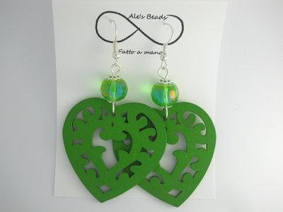 orecchini in legno a cuore verdi