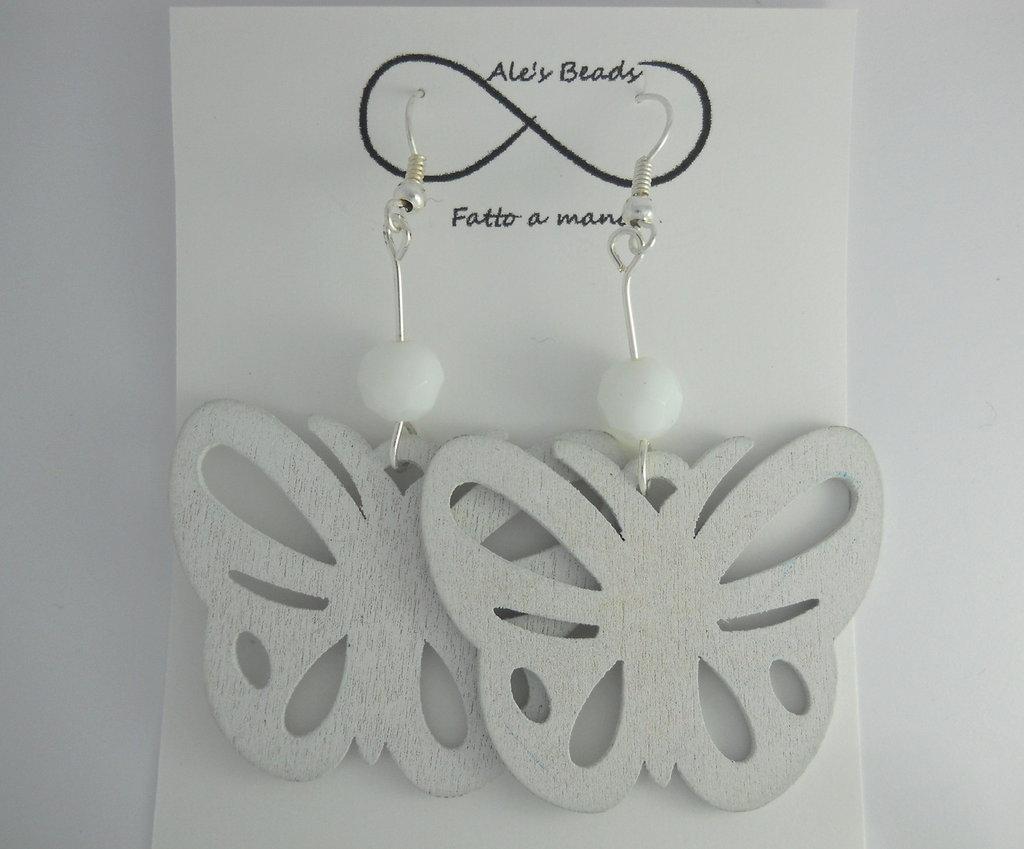 orecchini in legno a farfalla bianchi