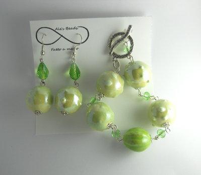 bracciale e orecchini verde chiaro e sfaccettate lucido