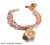 Bracciale catena rosa di seta e catena sottile dorata con charm cuore dorato e biscotto con cuore rosa in fimo