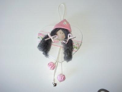 CUORE BABY IN LEGNO DIPINTO A MANO, passamaneria ricamata, sfera legno dipinto, capelli in pura lana,cappello in panno, nastro cotone, campanellino finale, interamente fatto a mano