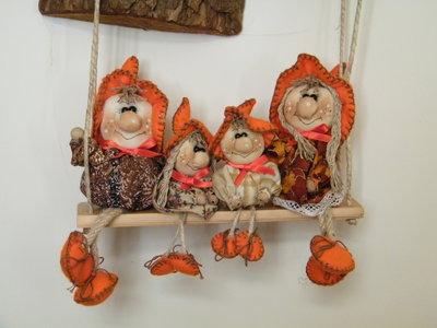 Famiglia da 4 persone su altalena, in stoffa, completamente fatta a mano, da appendere.
