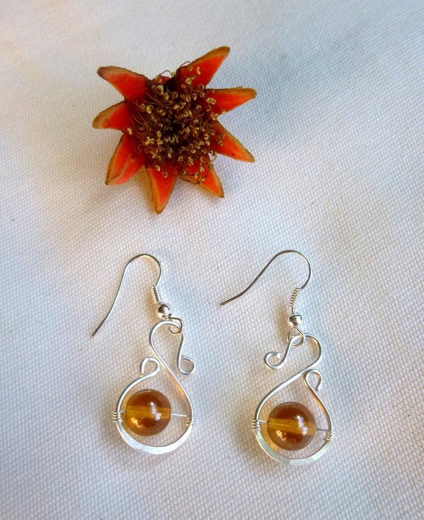 Orecchini wire con perline ambra