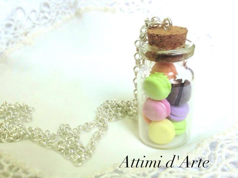 collana macarons multicolor in boccetta di vetro